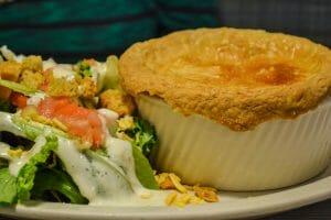 Foto do prato com a chicken pot pie do Perkins, com um pouco de salada acompanhando
