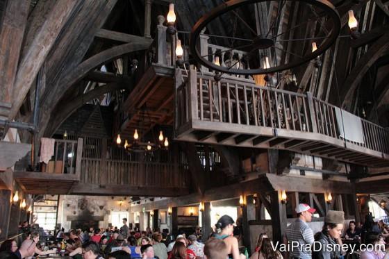 Foto do interior do 3 Vassouras no Islands of Adventure, com a ambientação idêntica à dos filmes do Harry Potter