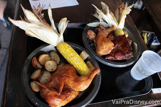 Foto dos pratos do almoço e jantar, com frango assado, milho e batatas