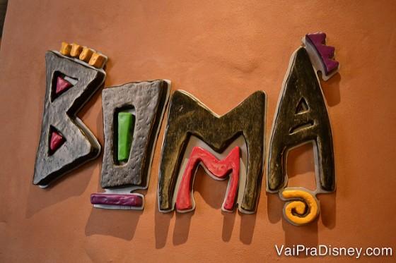 Foto da placa do Boma, no Animal Kingdom Lodge, seguindo a temática africana