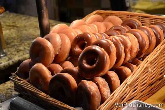 Donuts simples ou com chocolate no buffet