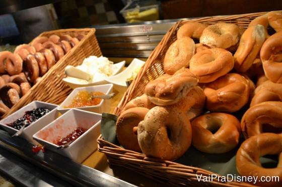 Bagels e coberturas no buffet do café da manhã