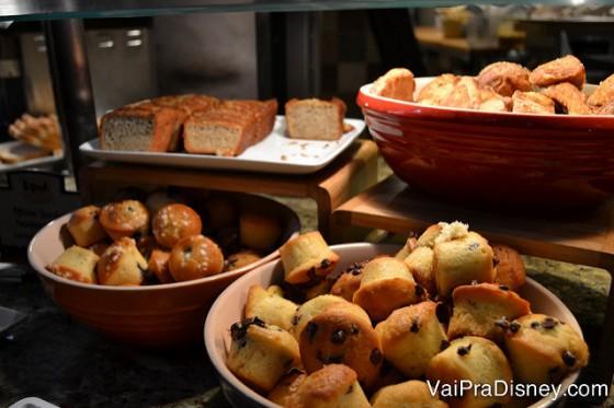 Muffins e bolos no buffet de café da manhã do Boma