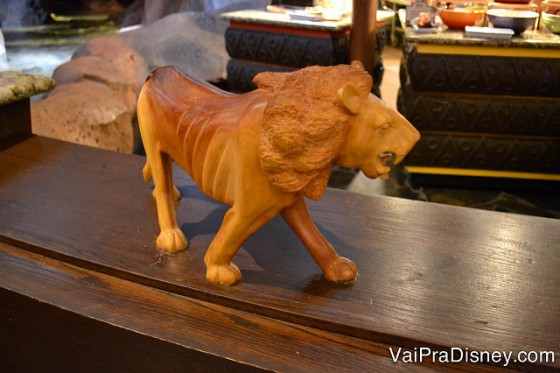 Um leão de madeira nos detalhes da decoração do Boma