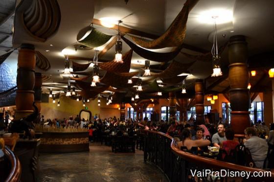 Foto do espaço do restaurante, todo de madeira e bem cheio de visitantes