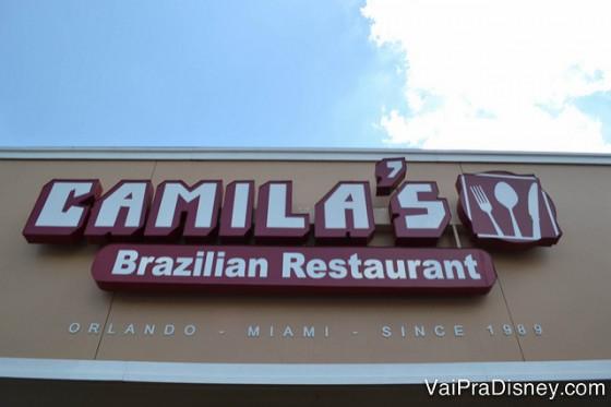 Placa na entrada do Camila's.