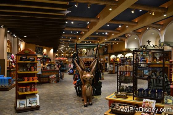 Foto da loja do hotel, grande e bem iluminada