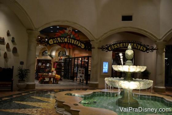 A fonte iluminada que fica no saguão do Coronado Springs, perto dos restaurantes