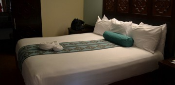 Foto do quarto do Coronado Springs, o hotel da Disney com temática latina. A cama é king, com uma almofada e uma colcha azuis