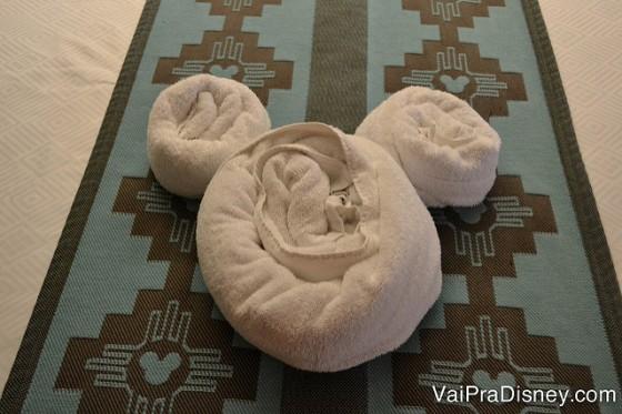 Foto de uma toalha em cima da cama dobrada em formato das orelhas do Mickey no Coronado Springs