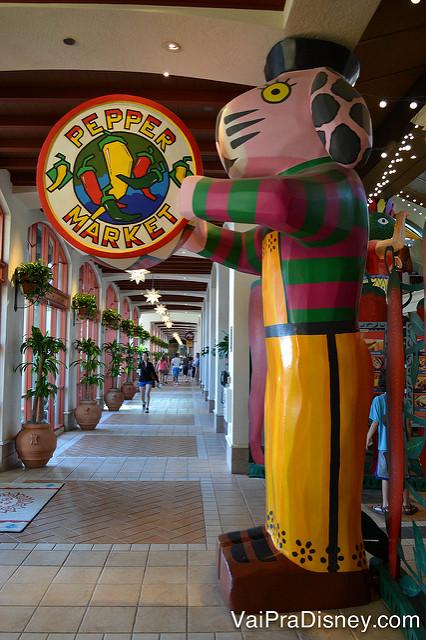 Foto do Pepper Market, a praça de alimentação do hotel, com decoração bem colorida.
