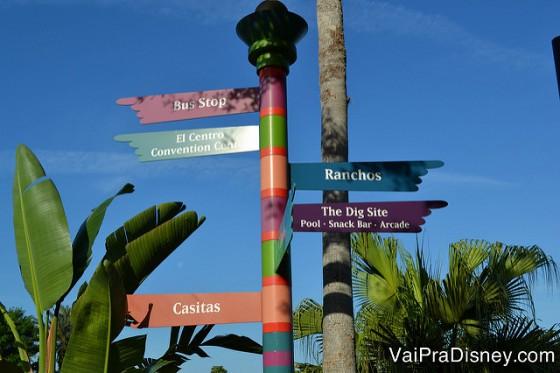 Foto das placas coloridas indicando a direção das diversas áreas do hotel