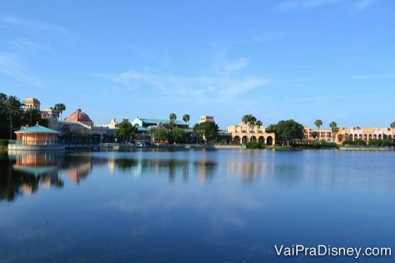 Foto de longe do lago e do Coronado Springs mais ao fundo, com o céu azul atrás