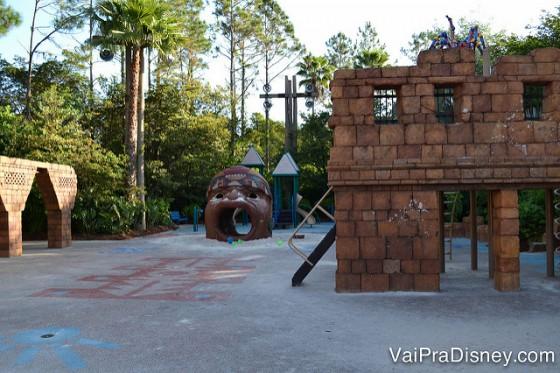 Foto do playground do hotel, seguindo a temática latina
