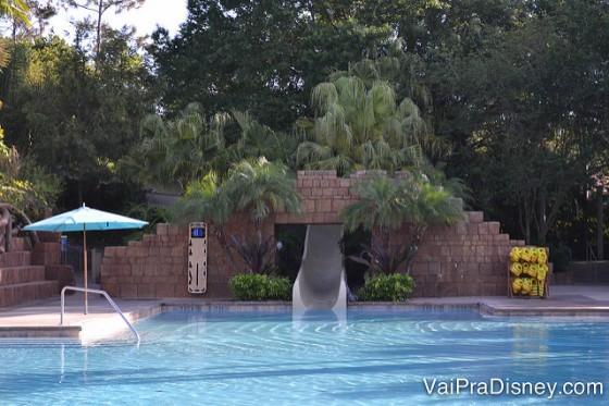 Toboágua da piscina, que passa bem pertinho das árvores.