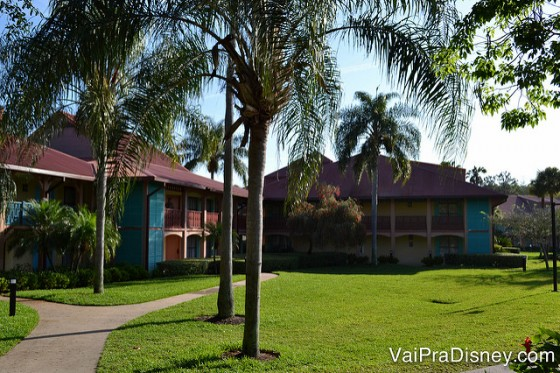 As Casitas do hotel, com palmeiras ao redor