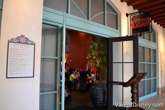A porta de entrada do Las Ventanas, um dos restaurantes do Coronado Springs, pintado de rosa-claro por fora