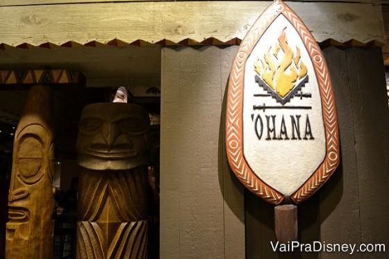 Foto do brasão do Ohana na entrada do restaurante e da decoração havaiana