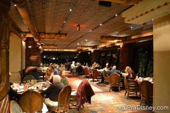 Foto do interior do restaurante, todo em madeira e com muitas mesas ocupadas