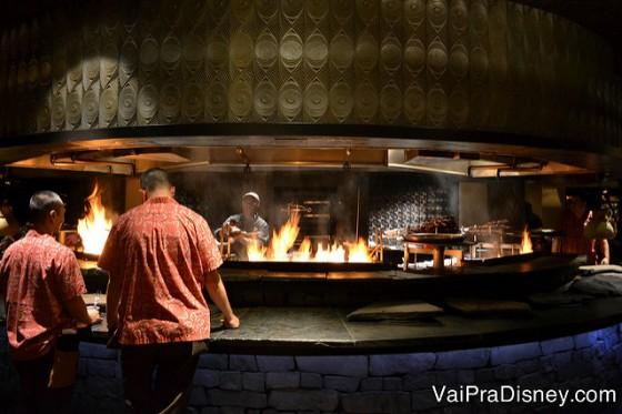 Foto da parte do Ohana com a brasa onde é preparado o frango, camarão e a carne.