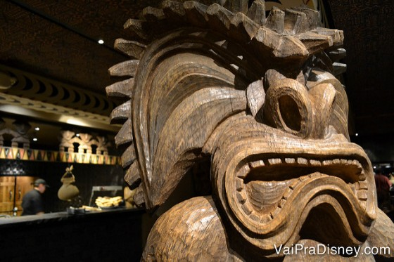 Foto da decoração típica do hotel, um totem de madeira