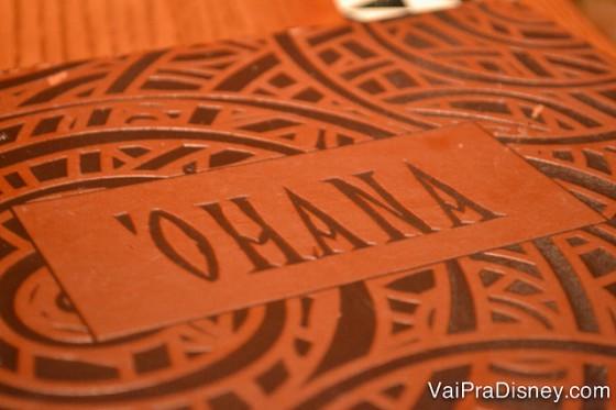 """Foto do cardápio de drinques, escrito """"Ohana"""" e em um tom de vermelho-terra"""