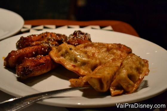 Foto das entradinhas, asinha de frango e dumplings com carne de porco.