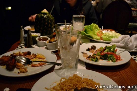 Foto da mesa cheia de pratos e copos