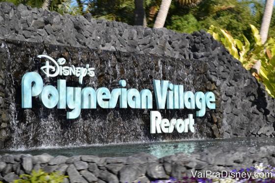 Placa do Disney's Polynesian Village Resort, toda em pedra com letras azuis-claras e brancas