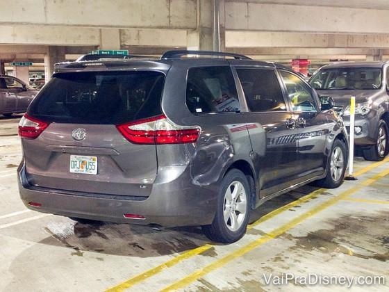 Foto do Toyota Sienna cinza que o Felipe alugou na E-Z Rent-A-Car