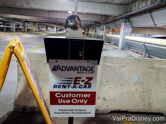 Placa da Advantage e da E-Z Rent-A-Car no aeroporto, mostrando que a área é apenas para clientes