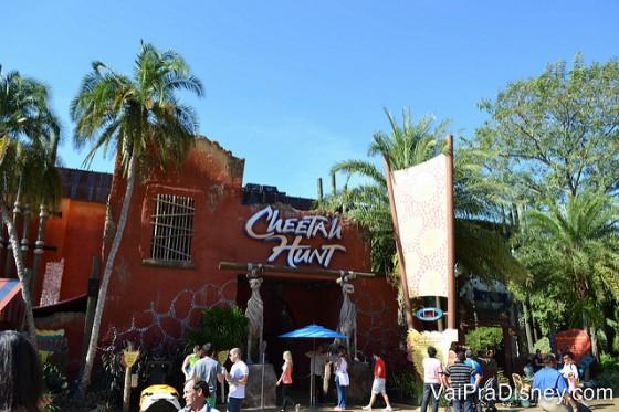 Foto da entrada da montanha-russa Cheetah Hunt no Busch Gardens, com vários visitantes em frente