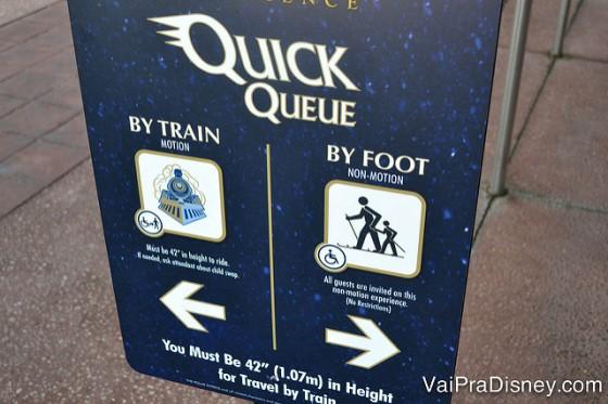 Placa indicando onde os visitantes que tem Quick Queue devem ir para a sua fila própria