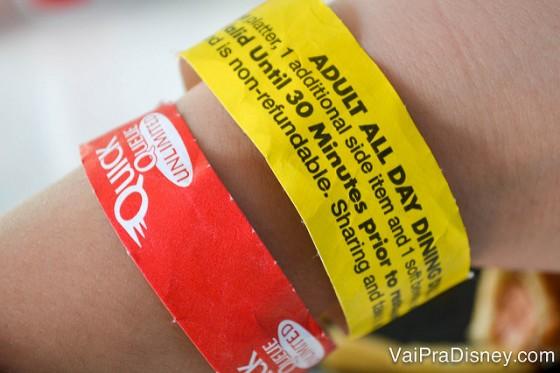 Foto de um braço com a pulseira de identificação do quick queue.