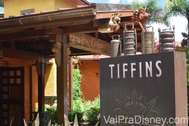 Entrada do Tiffins, com a estrutura em madeira e a placa cinza