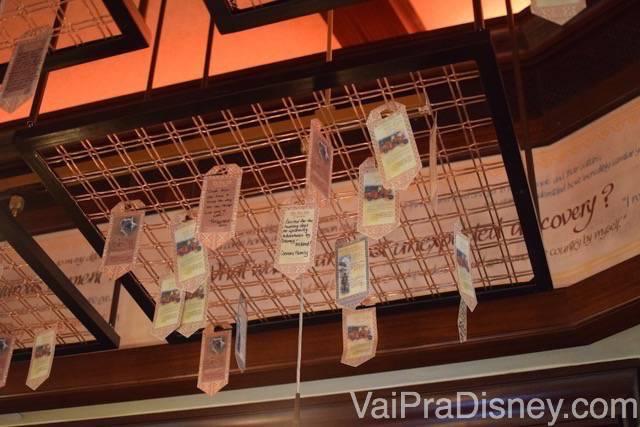 Detalhes da decoração: papeizinhos onde os visitantes compartilham histórias de suas viagens pendurados no teto