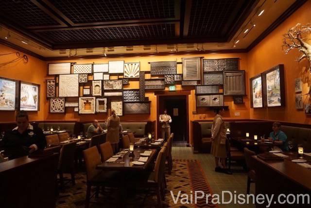 A sala da África no Tiffins, toda de madeira com decorações nas paredes