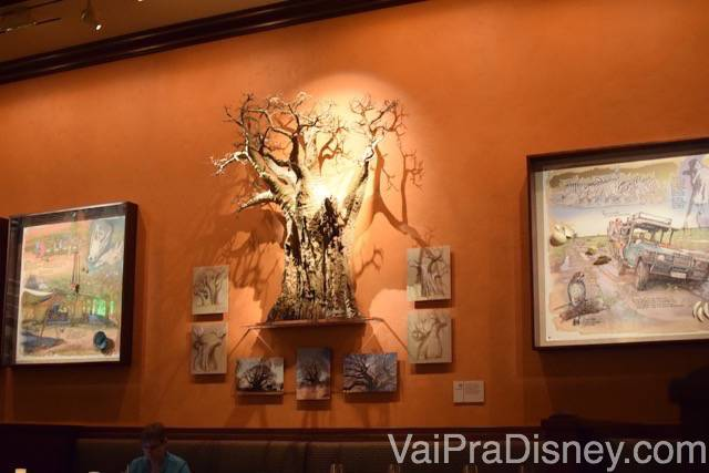 Uma árvore na parede da sala no Tiffins, uma réplica da árvore do safari do Animal Kingdom