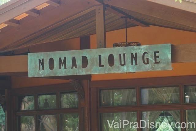 Foto da placa do Nomad Lounge, que pode ser acessado por dentro e por fora do restaurante.