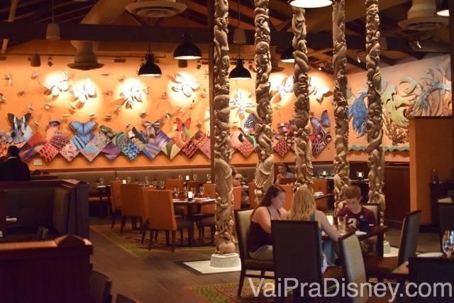 Foto do interior do restaurante, com decoração temática de animais e África