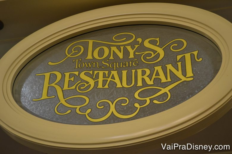 """Placa na entrada do Tony's, com as letras em amarelo dizendo """"Tony's Town Square Restaurant"""""""