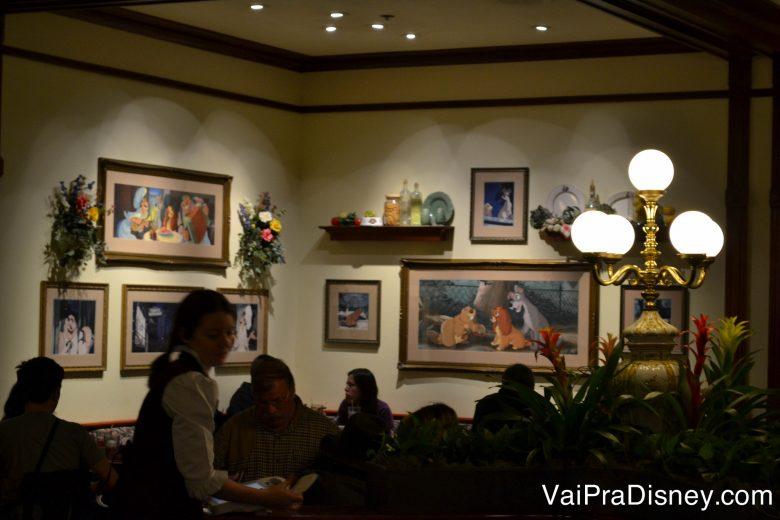 Foto dos quadros de outro ângulo, contando a história do filme A Dama e o Vagabundo