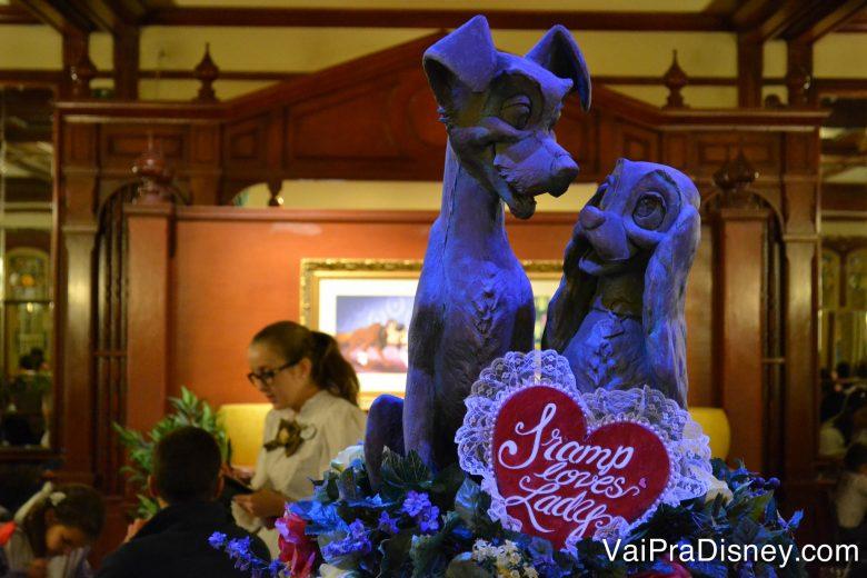 A estátua da Dama e o Vagabundo que fica em frente ao restaurante