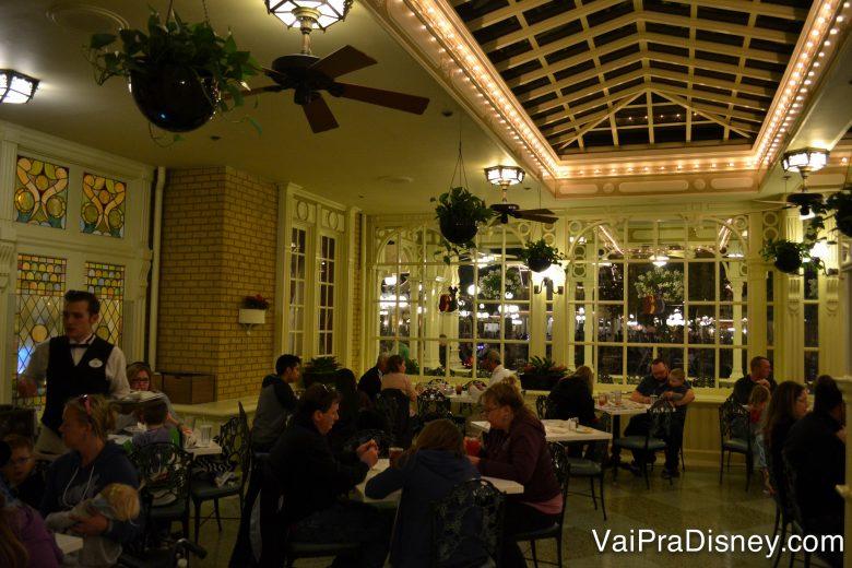 Foto do ambiente do Tony's, na área da varanda, com várias mesas, iluminação suave e algumas plantas.