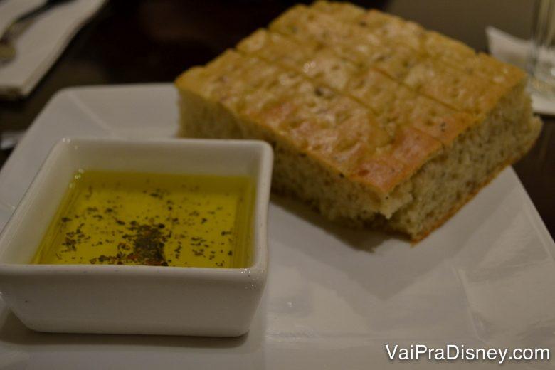 O pão com azeite servido no Tony's