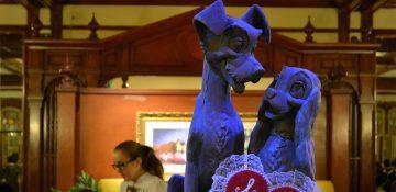 Foto da estátua da Dama e o Vagabundo que fica em frente ao restaurante Tony's, no Magic Kingdom