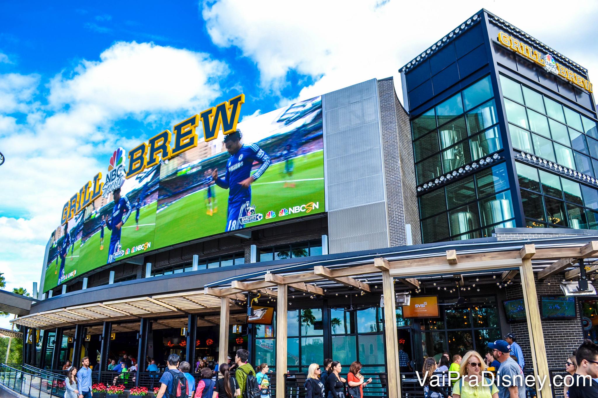 Foto do exterior do restaurante NBC Sports Grill & Brew, com tema de esportes