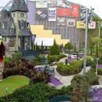 Foto do campo de minigolf no CityWalk da Universal, uma das muitas atividades de lá.