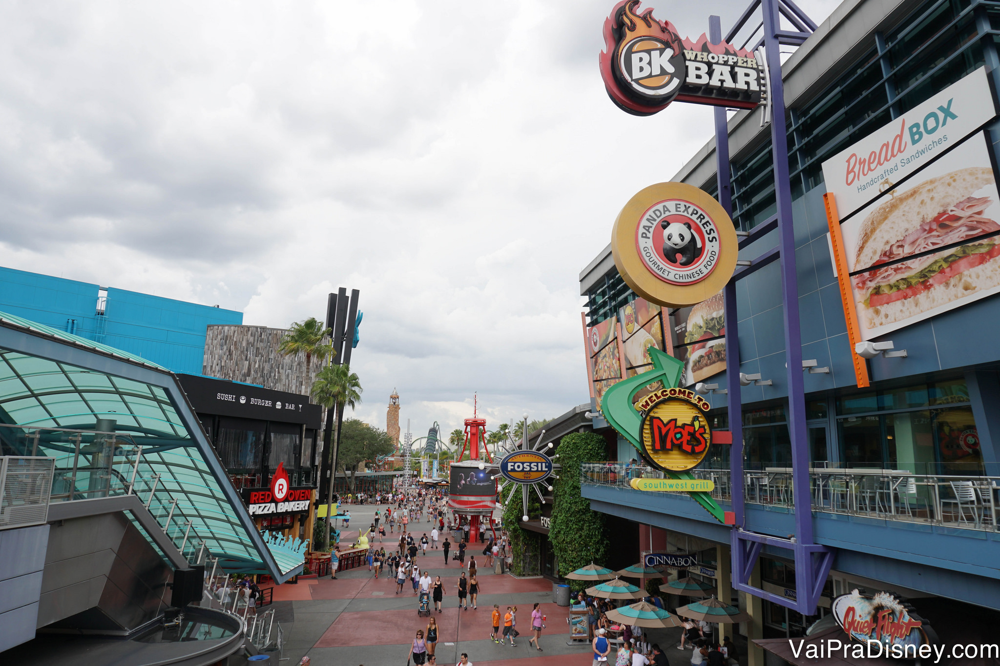 Foto de uma placa mostrando diversas opções de restaurantes do CityWalk, como Panda Express e Moe's