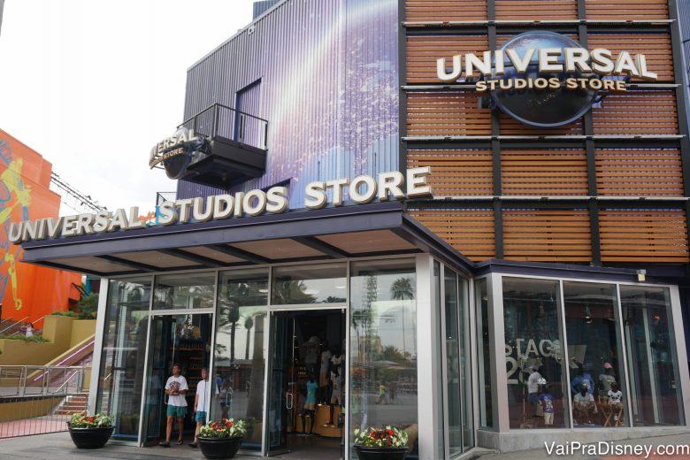 Foto da loja da Universal no CityWalk, chamada Universal Studios Store, com o logo do estúdio na fachada.